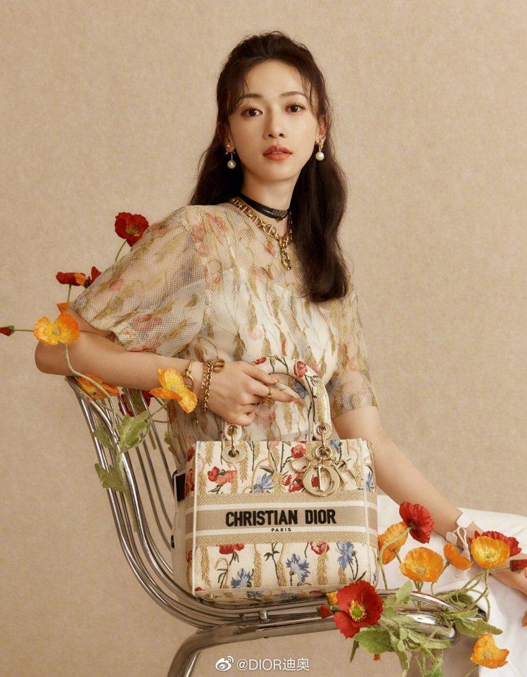 吳謹言穿橙色Dior Hibiscus上衣10萬5,000元,手拎中型尺寸Lad...