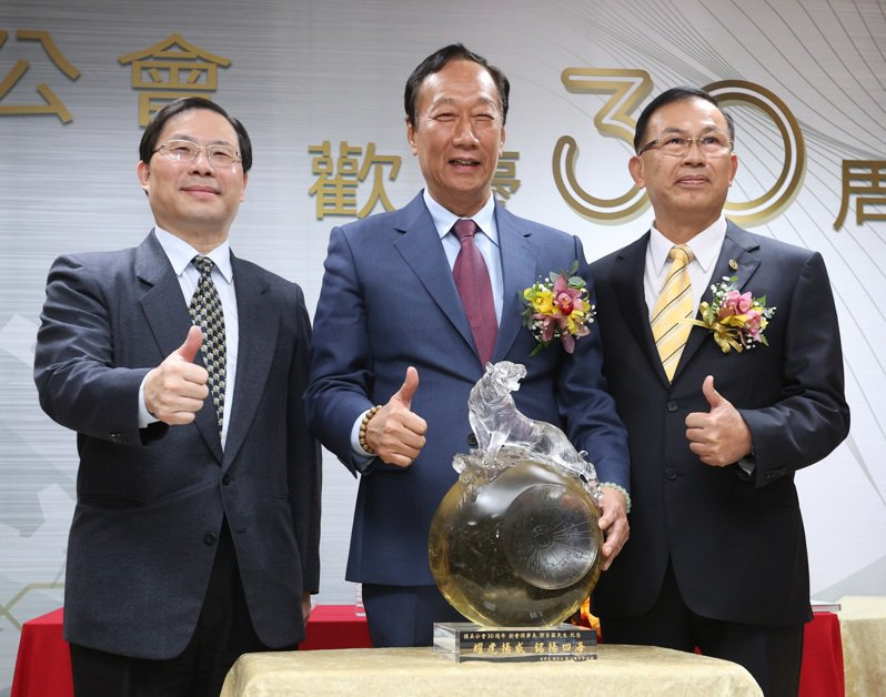 鴻海創辦人郭台銘(中)、經濟部次長林全能(左)與模具公會理事長鄭坤木(右),昨天慶祝模具公會30周年。記者林澔一/攝影