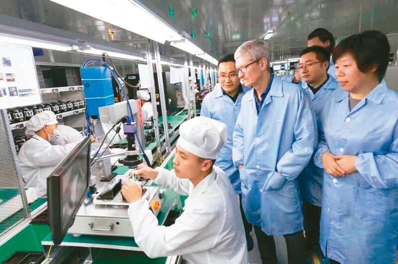 立訊董事長王來春(右)再度出手買廠,大陸最大觸控面板廠歐菲光擬出售華南廠給立訊精密。圖為蘋果執行長庫克(右二)多年前參訪立訊。(網路照片)