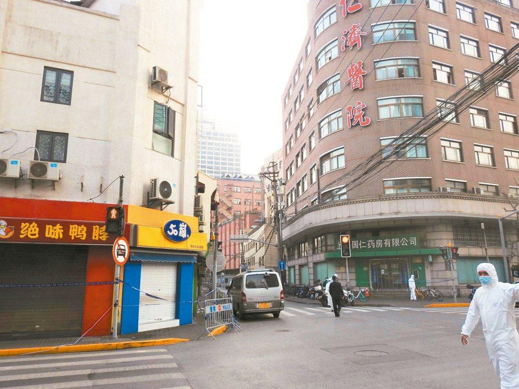 上海交通大學醫學院附屬仁濟醫院西院已暫停門診服務,周邊已拉起藍色封鎖線,商家也拉...