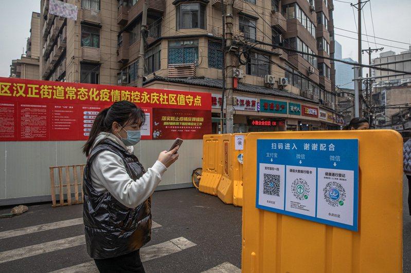 武漢被「封城」的措施開始一周年之際,除了行人依然戴著口罩、華南海鮮市場尚未解封,在這座千萬人口城市幾乎已覺察不到疫情的影響。 歐新社
