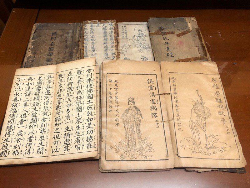 一名女網友家中大掃除時,找到許多經文古書。 圖/翻攝自「爆廢公社二館」