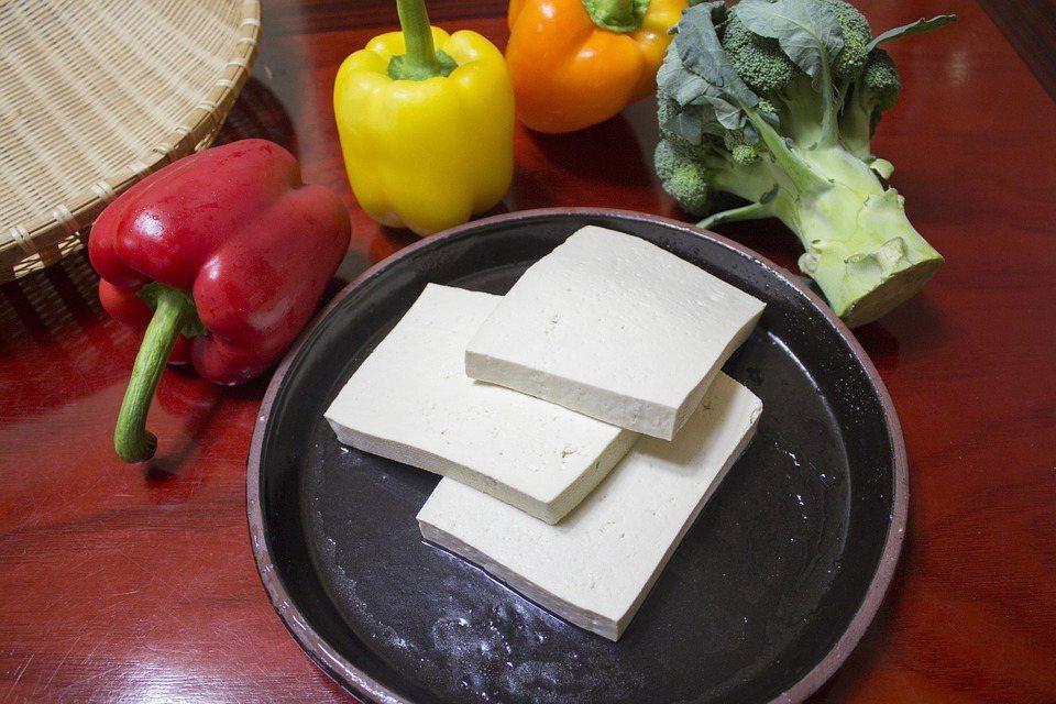 豆腐本身是植物性,膽固醇比較低,而烹調方式是用煮的,吃了也比較不會有負擔。 圖/...
