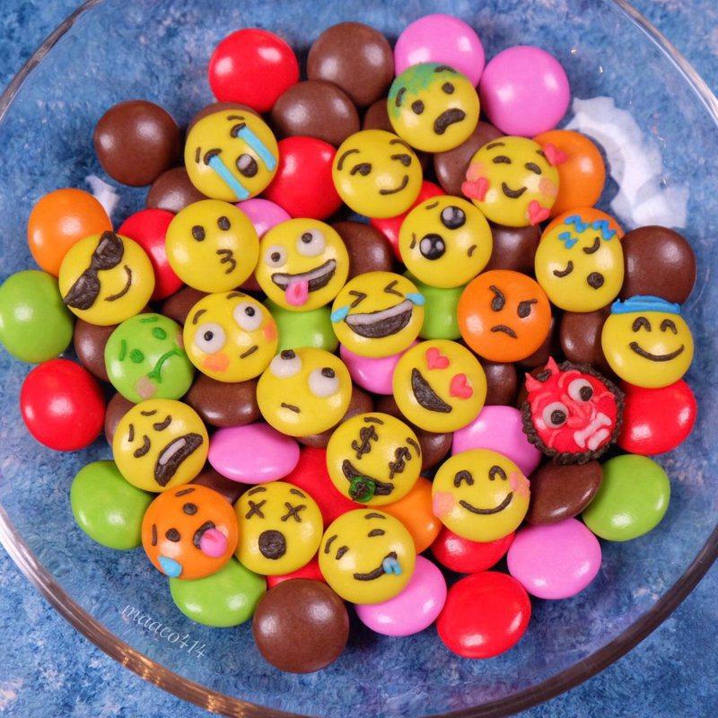 一位日本網友突發奇想,將表情符號與巧克力糖球做結合,引起許多網友關注。圖擷取自twitter