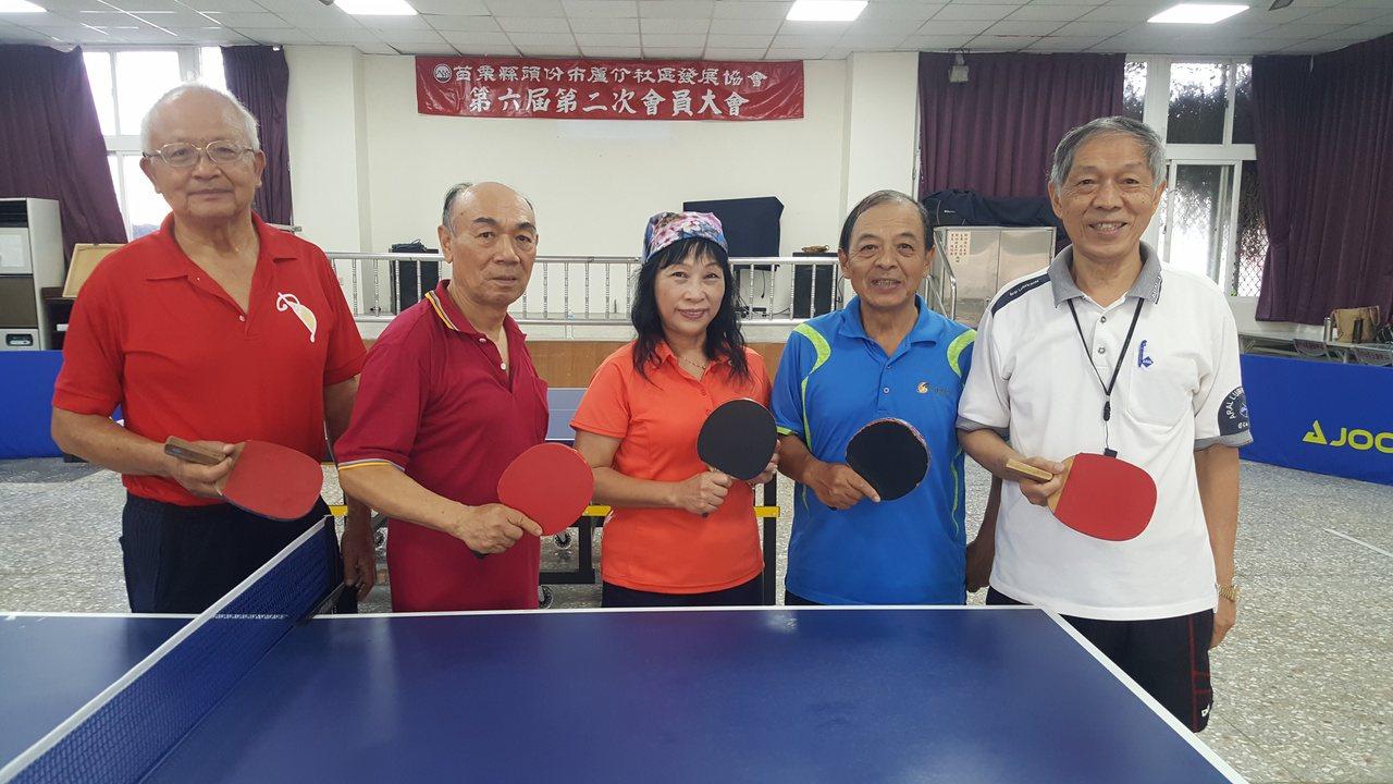 蕭旭烈(右)在社區幹部、地方友人協助下,去年又發起成立蘆竹社區桌球班。 圖/胡蓬...
