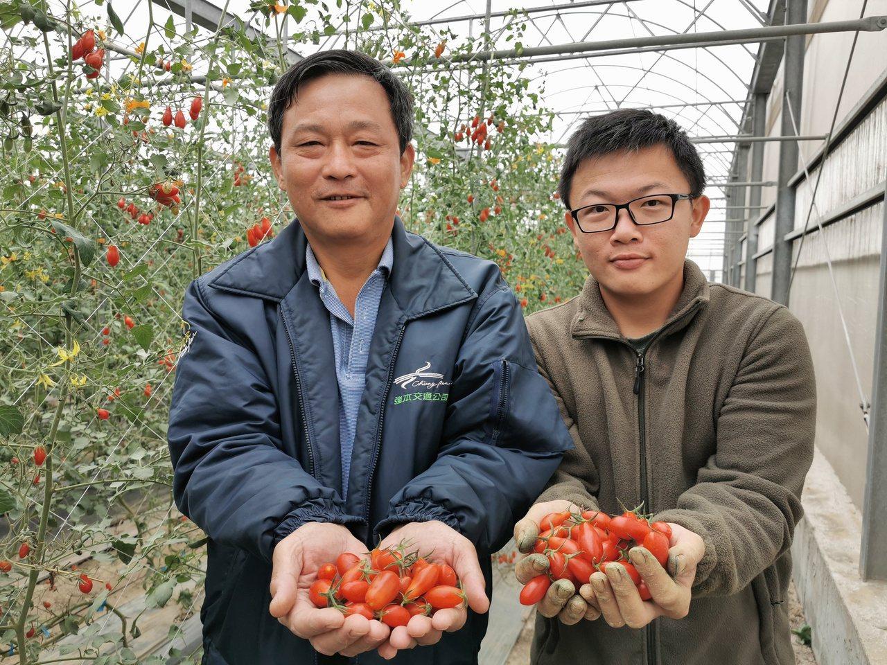 洪春毅(左)退休後將時間留給家人,和兒子洪培峯一起打拚農業夢。 圖/卜敏正 攝影