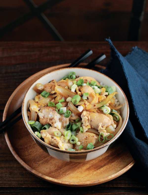 洋蔥雞肉蓋飯。 圖/幸福文化 提供