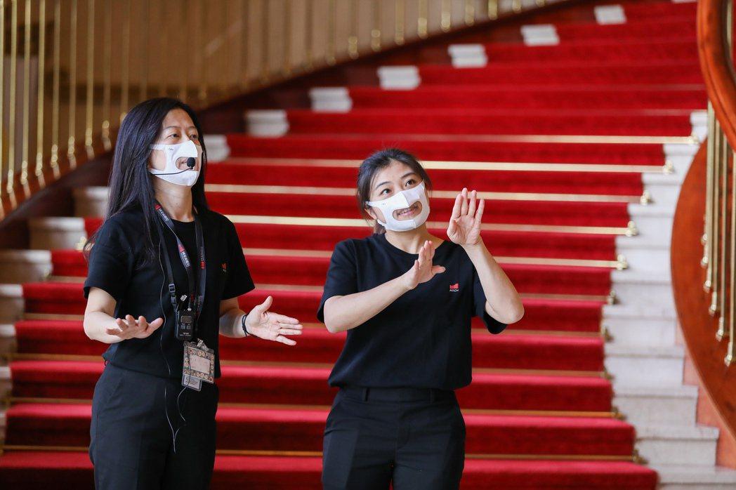 國家兩廳院與口罩國家隊台灣康匠合作,前臺工作人員將依需求配戴看的到嘴型的「透明口...