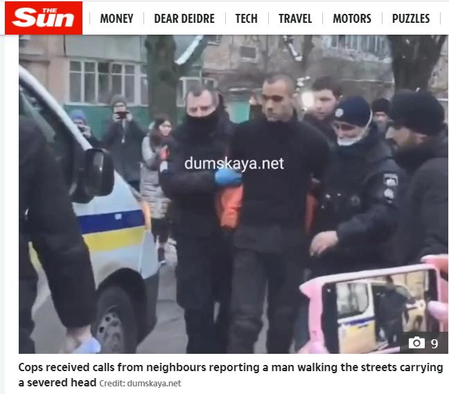 烏克蘭一名30歲男子先殺父親、提其頭顱逛大街,再殺害友人後,將其腸子挖出掛在脖子上當圍巾,當場震驚許多目擊民眾。圖擷自太陽報