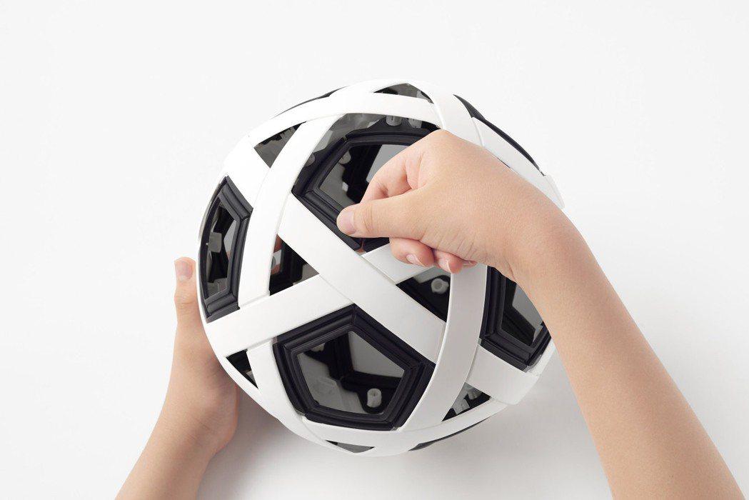 Nendo設計的免充氣足球,用手組裝就能完成。圖/摘自Nendo