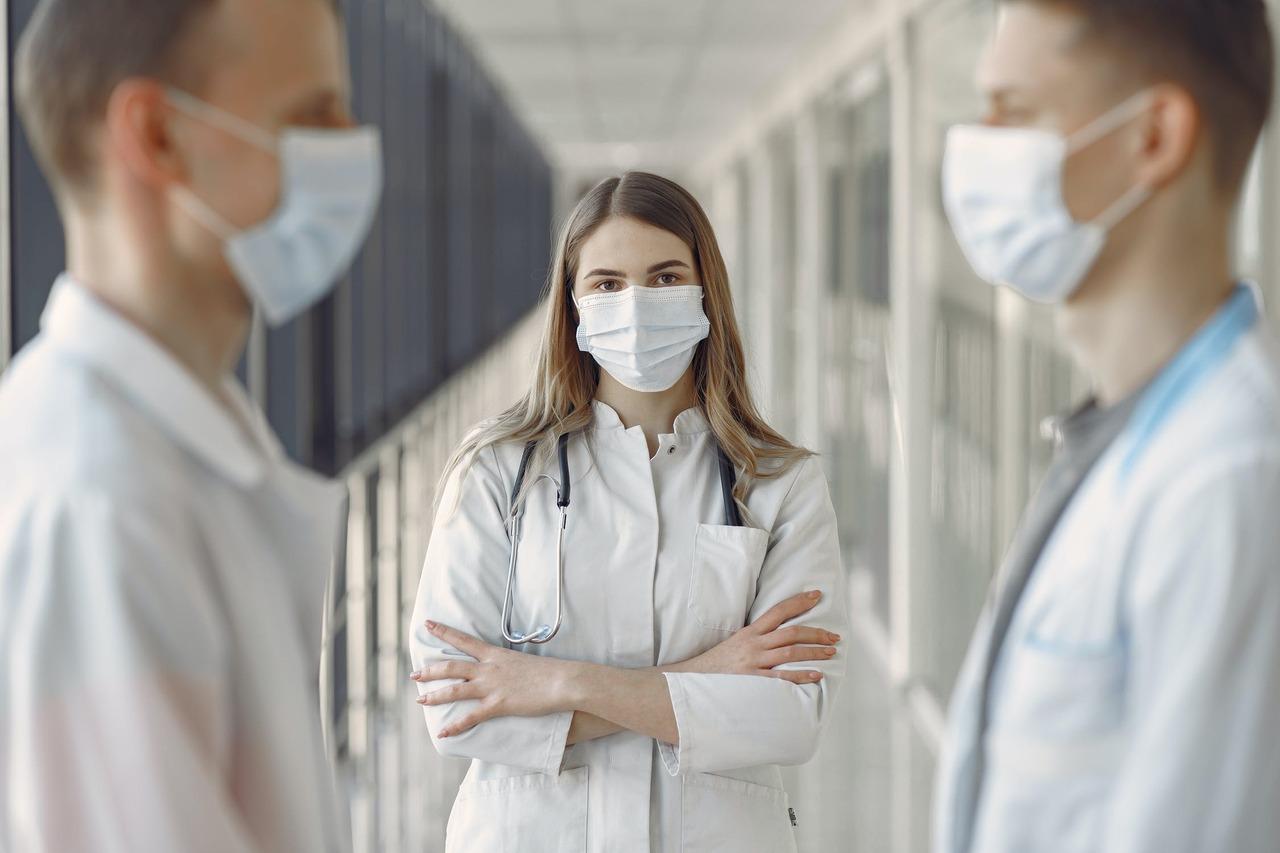 在台灣爆發社區感染危機的這一周,才掀起防疫保單銷售熱潮,有保險業務員一天接到上百...