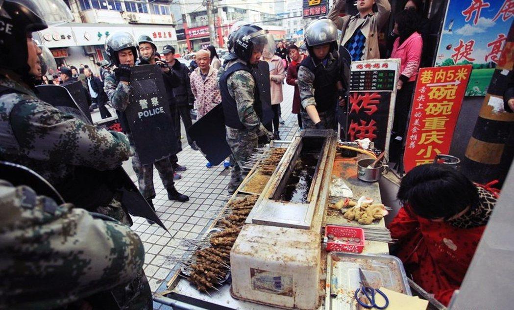 十年前在中國大陸,「城管」其實是一個很負面的詞,經常看新聞就是城管毆打小販。對中...