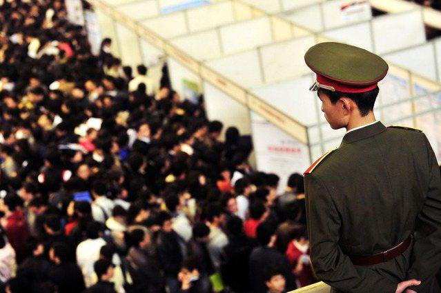 「注定成為體制的一部分,或是還有細微改變的可能?」當中國越來越多高學歷青年選擇成...