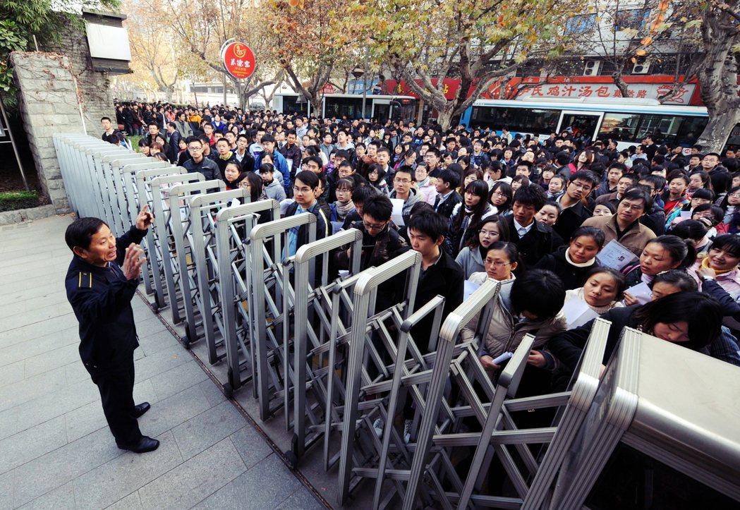 進入公務體系的人會越來越多,可是編制有限,競爭會相當激烈。圖為中國南京的公務員考...