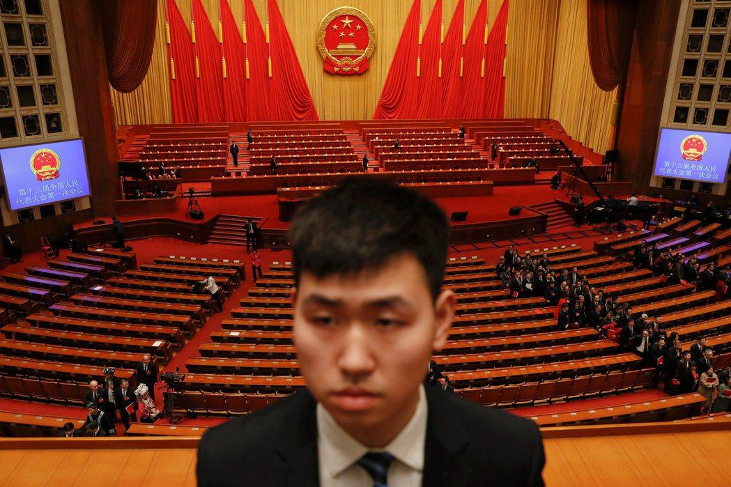 一名保全在中國全國人民代表大會開始前做準備。圖為示意圖,非當事人。 圖/路透社