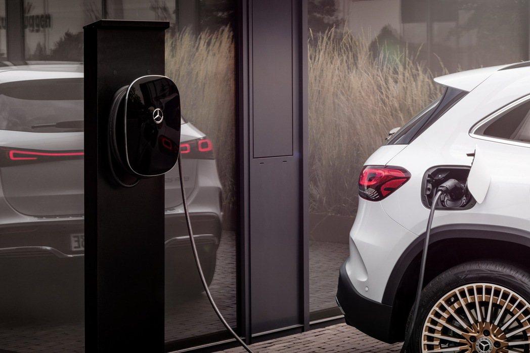 Mercedes-Benz在20日帶來了品牌第三款純電作品EQA。 摘自Merc...