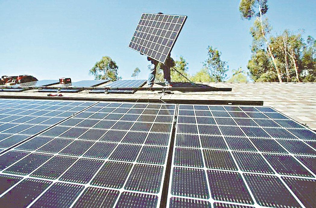 蔡英文總統表示,提高再生能源使用,不但符合國際潮流,更能幫助台灣打進蘋果、微軟、...