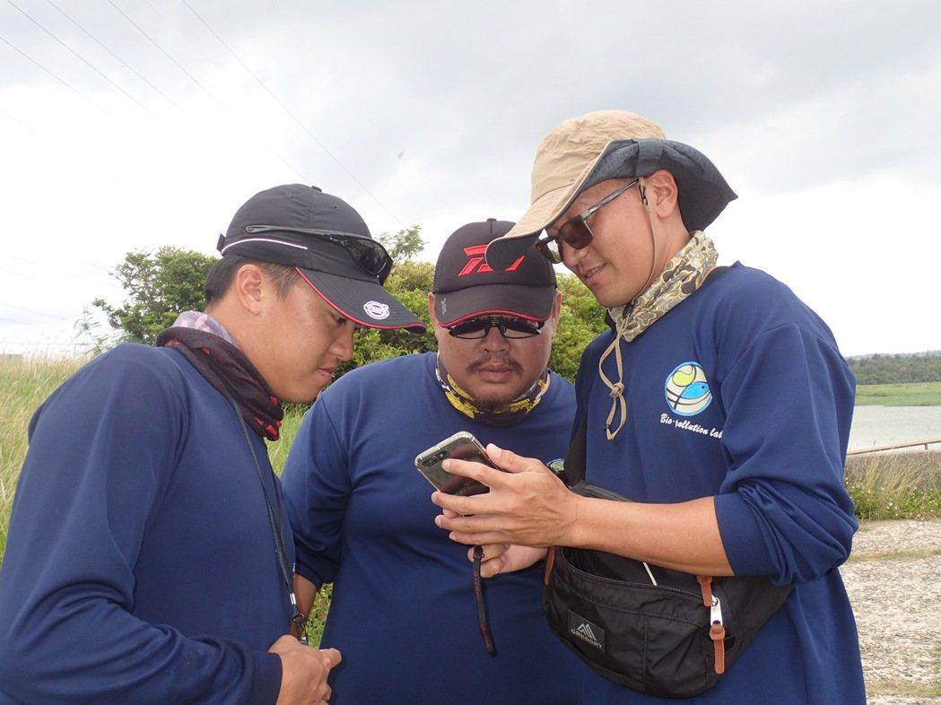 嘉藥黃大駿老師(右)表示台灣很多原生物種會在未發現就因環境破壞而消失。 嘉藥/提...