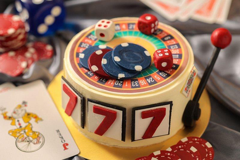 「Casino翻糖蛋糕」以香草、奶油、糖、牛奶、雞蛋烘焙所製成的香草蛋糕為主體,...