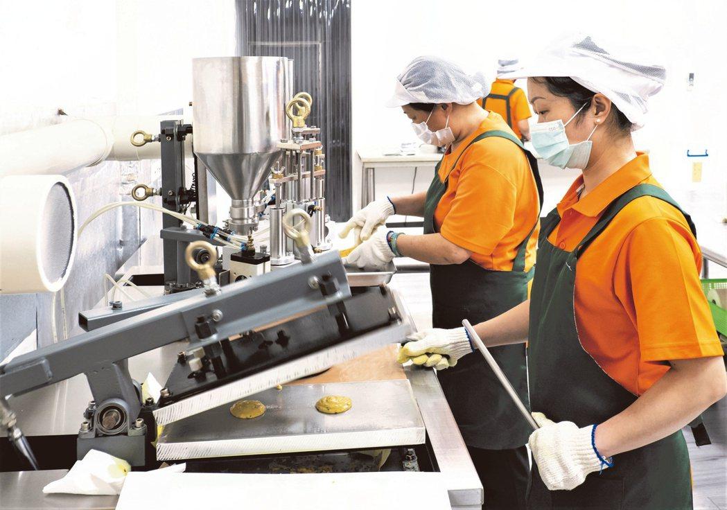 新生活社會福利發展促進會新住民媽媽製作手工米捲。 北基宜花金馬分署/提供。