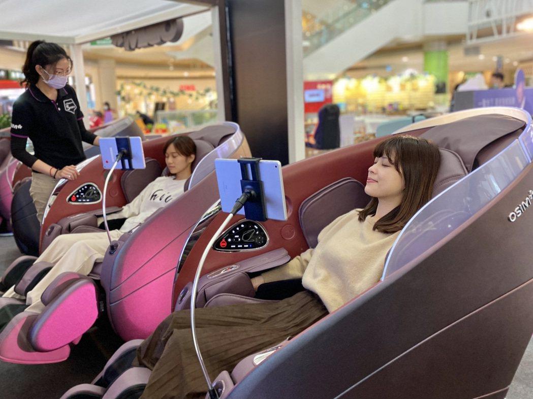 夢時代三樓蛋型空間現正展出OSIM全球首創的5感養身椅,該款按摩椅採用AI壓力監...
