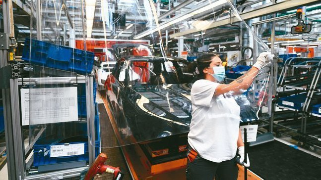 奧迪受車用晶片短缺衝擊,部分高價位車款延後生產,逾萬名員工放無薪假。 路透