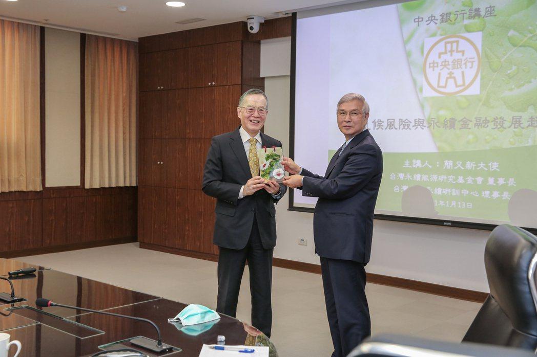 楊金龍總裁(右)於演講後致贈簡又新大使(左)禮品。