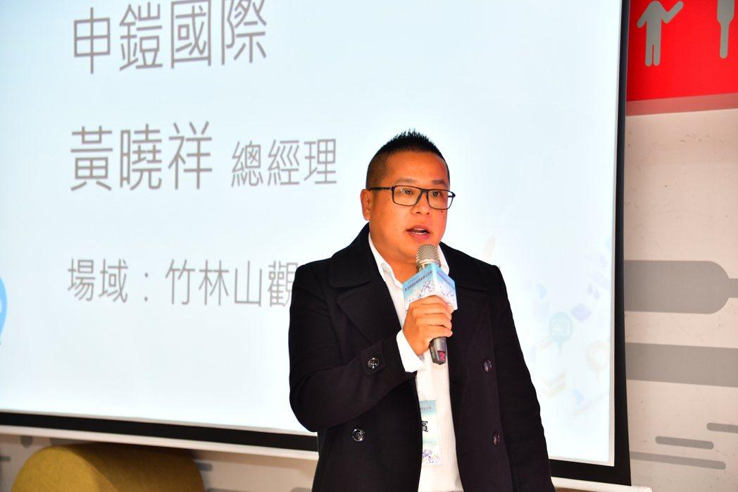 申鎧國際創辦人黃曉祥向胡展示這套系統的應用。 申鎧國際/提供