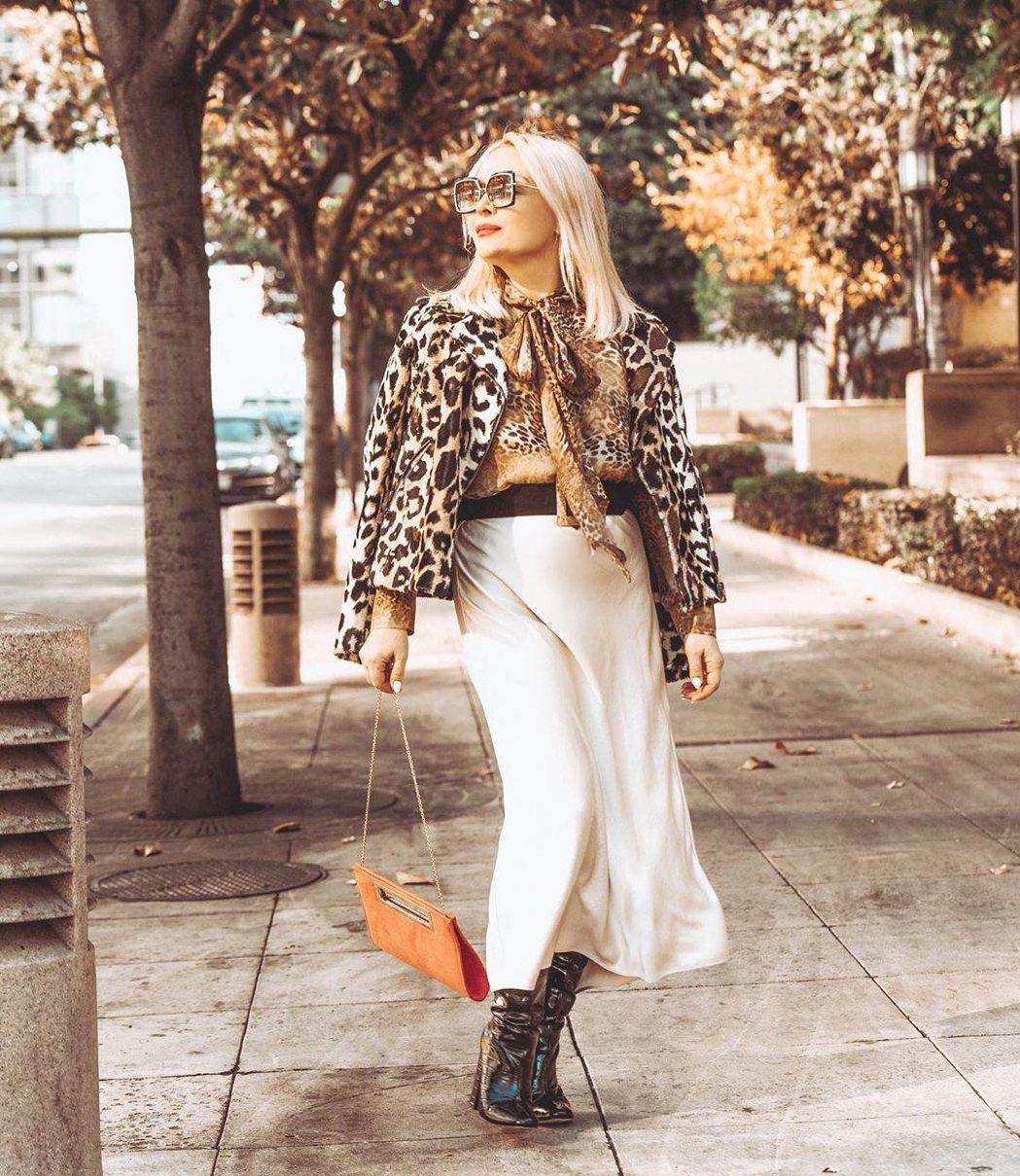 Zia Domic穿著PINKSELFIE豹紋雪紡長袖衫,漸層豹紋與蝴蝶結綁帶非...