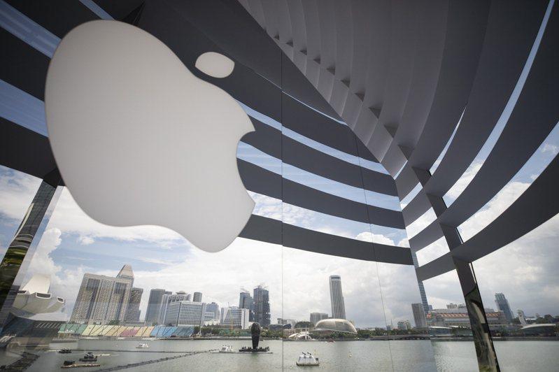 彭博資訊報導,知情人士透露,蘋果公司正著手開發一款更輕更薄的MacBook Air筆電,以回應外界批評並滿足死忠果粉需求。 圖/歐新社資料照