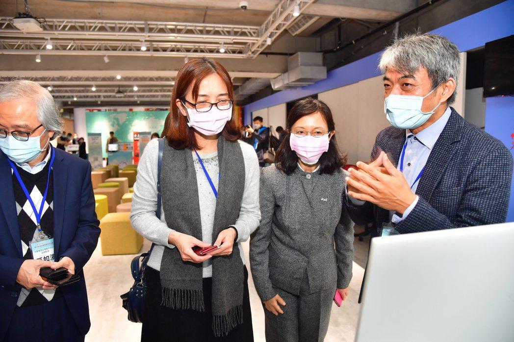 資健科技專案經理許義昌(左1)向中小企業處副處長胡貝蒂(右2)說明展示雲端健康管...
