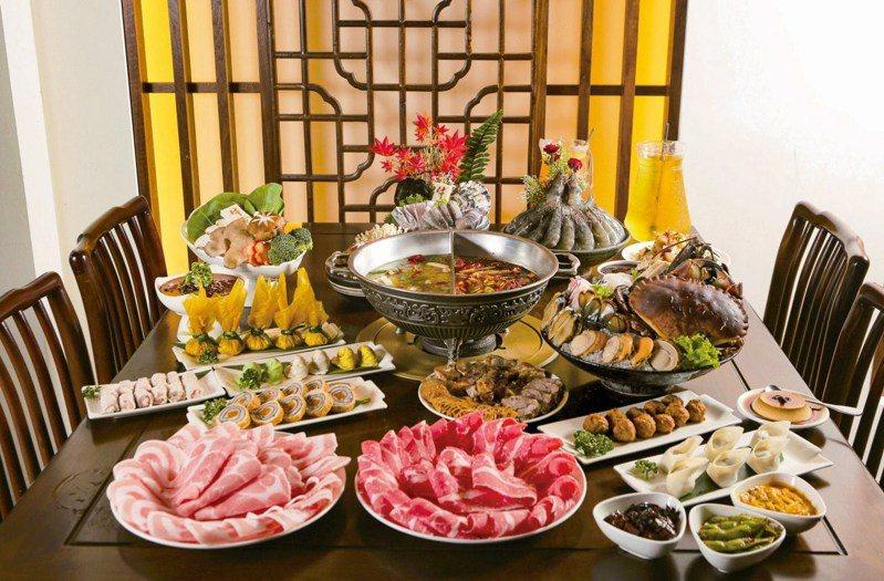牛園火鍋以生猛海鮮著稱,川椒麻辣拼東北酸菜鴛鴦鍋是愛吃輝最推薦的聰明吃法。