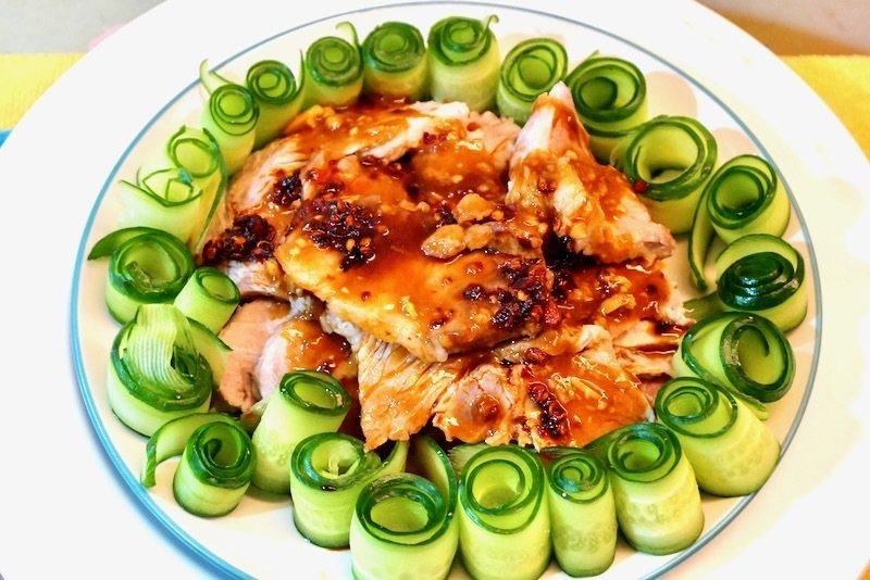 《蒜泥白肉》,這一盤使用豬五花的部位是俗稱的第二刀,肉質的脂肪比較少瘦肉多,口感不那麼的肥。