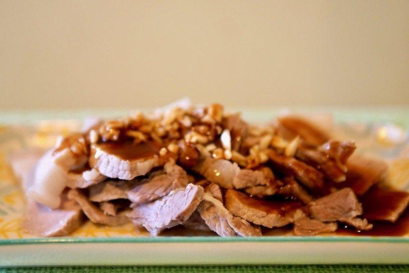 《白切豬五花肉》,我稱「簡單版的蒜香白肉」,淋/沾醬:由醬油膏、砂糖、碎蒜、薑茉、溫水調和攪拌的醬汁。
