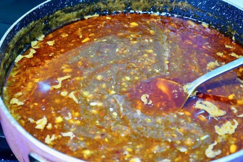 蒜泥白肉淋醬汁,amy的私房做法微微麻辣香的鍋內完成品,老干媽風味雞油辣椒的微辣香味藏不住的好吃。