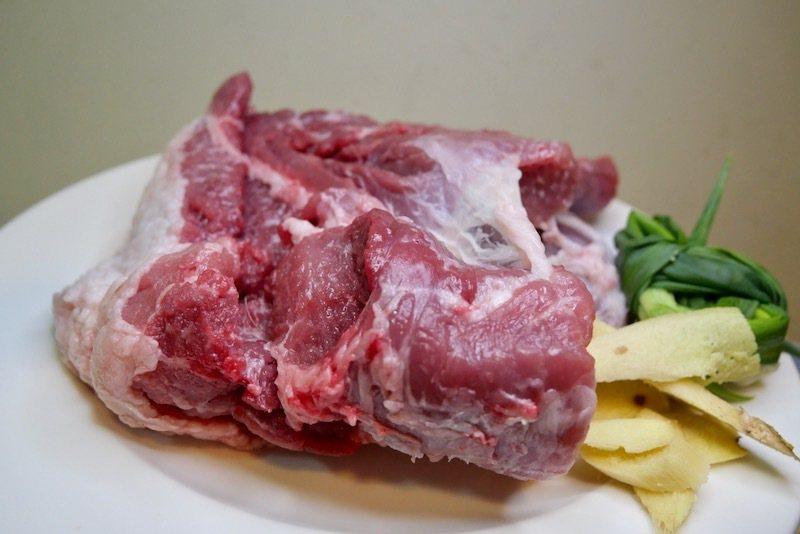 豬五花肉的「豬二刀部位」,得起早的在清晨到菜市仔,當天現宰的肉攤才買得到,瘦肉的部分軟嫩不會牙塞縫。