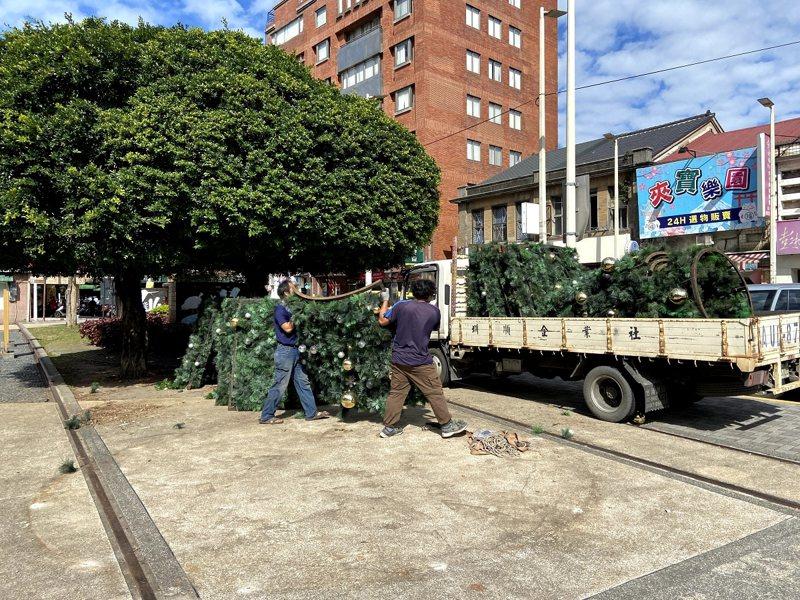 因應國內新冠肺炎疫情升溫,淡水區公所將大型的聖誕樹等拆解,撤離老街廣場。 圖/紅樹林有線電視提供