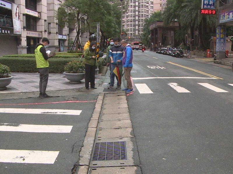 淡水區新春街150巷口舊式水溝蓋鬆動釀噪音,市議員鄭宇恩要求區公所要盡快改善。 圖/紅樹林有線電視提供