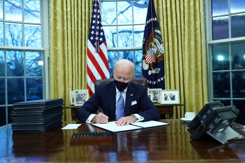 拜登20日上任總統第一天,就簽署17項行政令,扭轉前任政府力度大於任何現代總統。(路透)