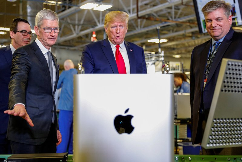 川普於2019年底參觀了德州奧斯汀的偉創力代工廠,庫克很可能是在奧斯汀與川普見面不久後,送出這份禮物。路透