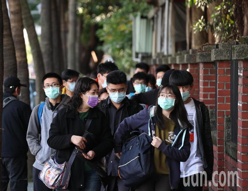 大學學測上午登場,考生需配戴口罩入場。記者葉信菉/攝影