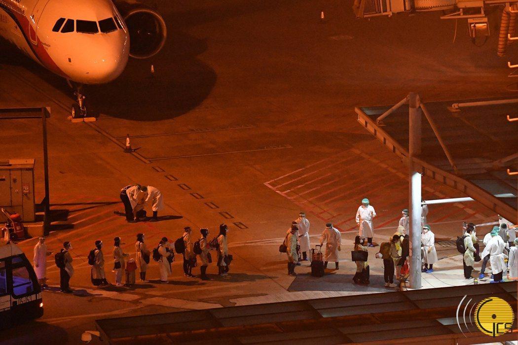 圖為109名澳門居民21日晚間在日本東京分別轉乘兩架澳門航空客機抵達澳門國際機場...