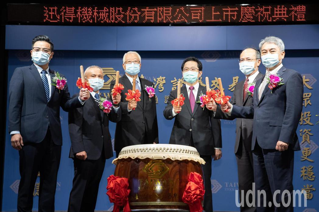 迅得機械(股票代號6438)於今日正式由上櫃轉上市,迅得董事長官錦堃(左三)及副...