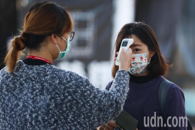 大學學測今天登場,由於疫情關係,考生進入校園需量測體溫。聯合報系記者黃仲裕/攝影