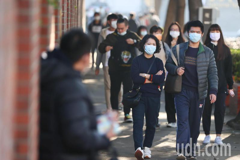 大學學測今天登場,由於疫情關係,考生需全程配戴口罩因應。記者黃仲裕/攝影
