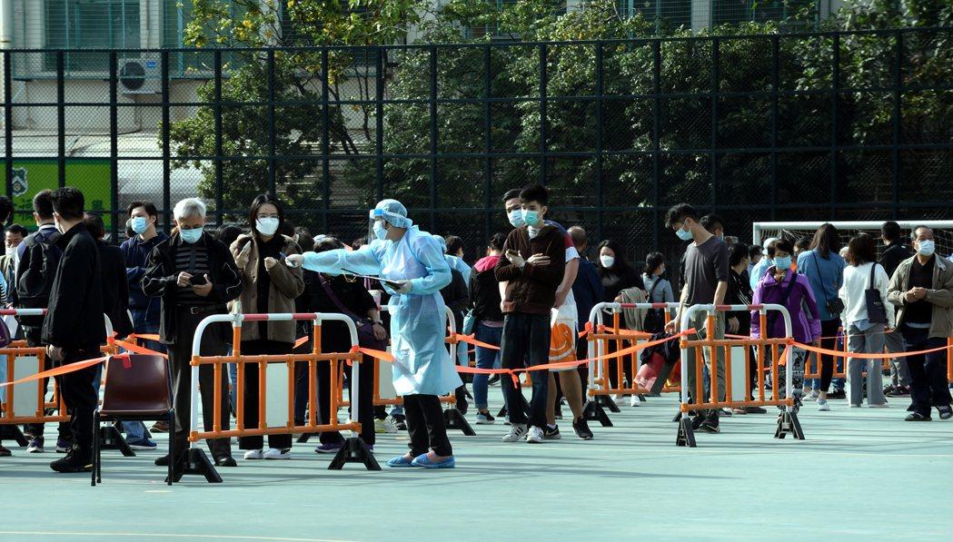 香港居民21日排隊接受新冠病毒核酸檢測。  新華社