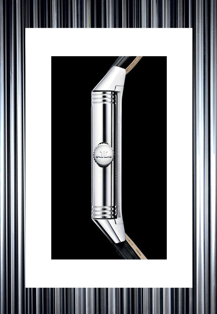 長方形表殼的Rerveso系列腕表,最早是為保護表面而設計,結構相當繁複、也具備...