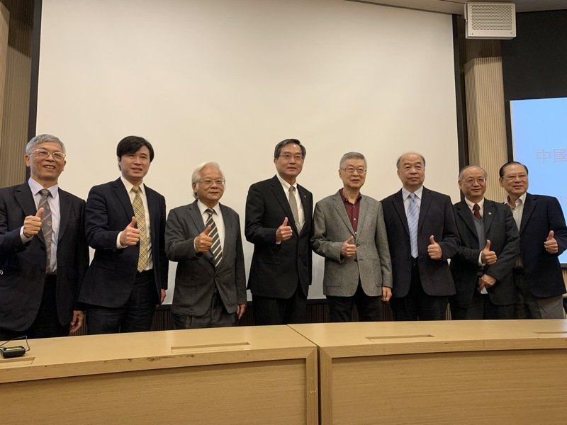 陳冲出席台北經營管理學院主辦的「2021世界經濟走向論與對策論壇」,以「2021世界經貿環境與對策 Will Taiwan catch the train?」為題目進行專題演講。記者仝澤蓉/攝影