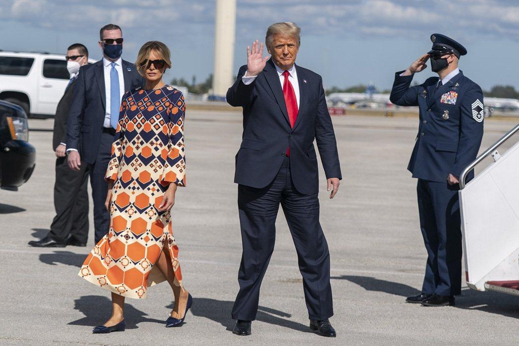 美國前總統川普20日卸任,偕夫人梅蘭妮亞飛到佛州,但夫婦倆走下飛機後,梅蘭妮亞卻...