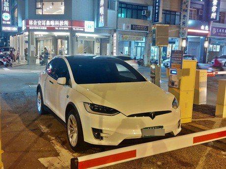 難道有錢就可以這麼任性! Tesla停在停車場入口駕駛不見了!
